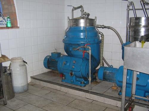 Macchina che raccoglie il liquido acqua-olio in arrivo dal decanter