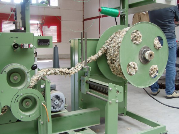 Macchina per il confezionamento delle funi di lana