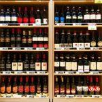 scaffale vino etichette